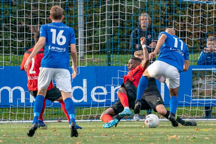 Berry Powel (11) kapt een verdediger van AFC uit en scoort even later de 1-1 voor GVVV.