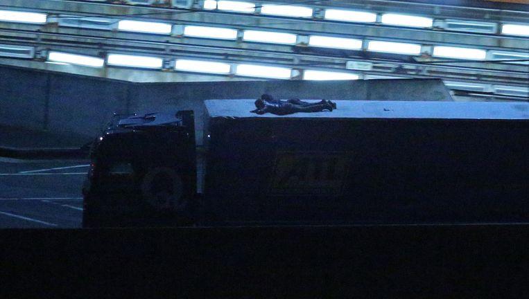 31 juli: twee migranten komen aan in Folkstone. Op een vrachtwagen wisten ze de Kanaaltunnel te passeren. Beeld null