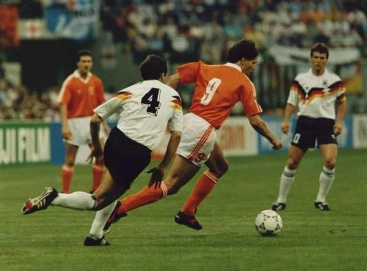 Marco van Basten draait bij het WK van 1990 in Italië weg van Jurgen Kohler. © ANP
