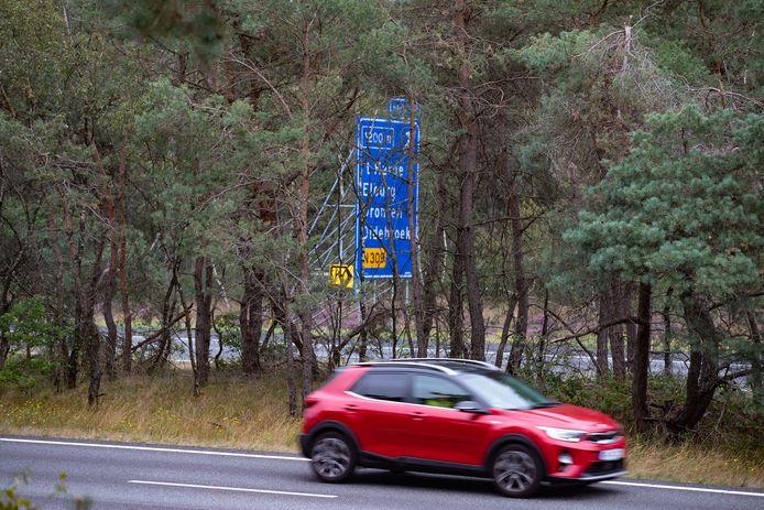 Het plaatsen van de vangrail in de middenberm van de A28 heeft vertraging opgelopen.