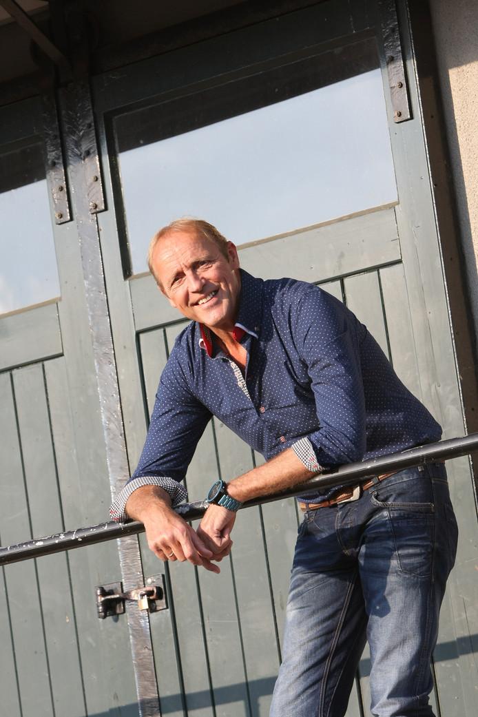 Alwie Kroeze neemt zijn clip onder meer op in Manderveen waar hij is geboren en getogen.
