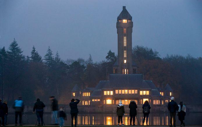 Bezoekers van Nationale park De Hoge Veluwe zetten het jachtslot op de foto.