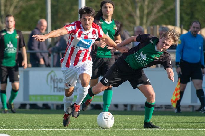 Vincent Plichta (SV Den Hoorn, links) duelleert met Frank de Lange van DHC in het onderlinge competitieduel in februari. Op 3 november treffen beide clubs elkaar weer.
