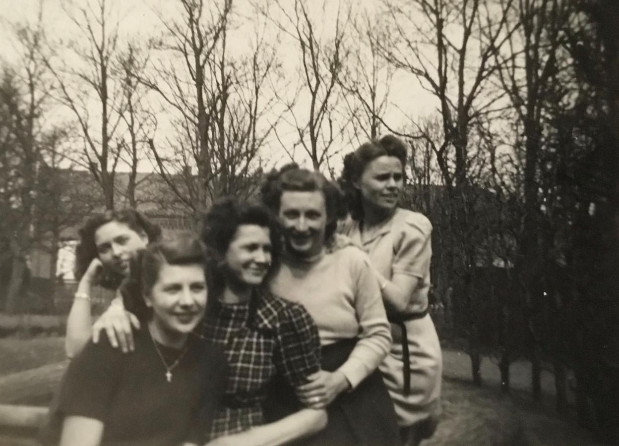 De vijf Heesche meiden die in 1942 bij de Distributiedienst in Oss mochten gaan werken: vlnr Annie van Rosmalen, ?, Annie Frunt, Annet van de Weerd, Dientje Jansen Duijghuizen