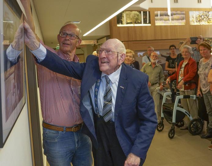 Fotograaf Henk ter Hoeve (r) opent een expositie over actieve ouderen.