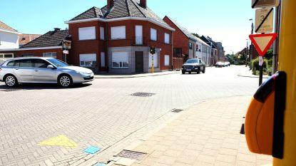 """Verkeerslichten op kruispunt weer uitgeschakeld na plaatsing van 'drukknop voor zwakke weggebruikers': """"Dit experiment brengt inwoners in gevaar"""""""