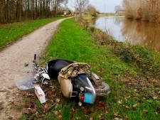Scooterrijder gewond door modderige berm in Grave