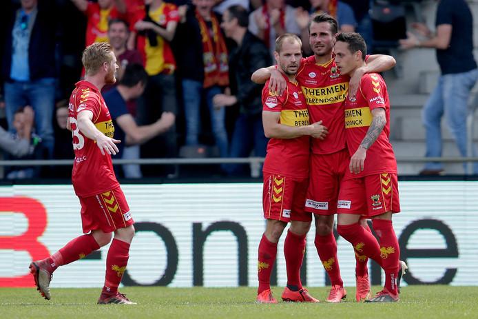 Istvan Bakx (tweede van links) viert de 1-1 met zijn ploeggenoten  tegen FC Den Bosch.