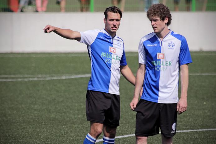 PVH Oss HVCH-speler Sjoerd Schobbers (links) geeft aanwijzingen aan clubgenoot Bram Wonders (rechts) tijdens de wedstrijd TOP-HVCH (zon 20-5) BD SPORT foto: Peter van Huijkelom