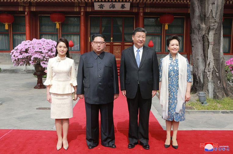 Het 'first couple' van Noord-Korea (links) bij zijn bezoek aan China.