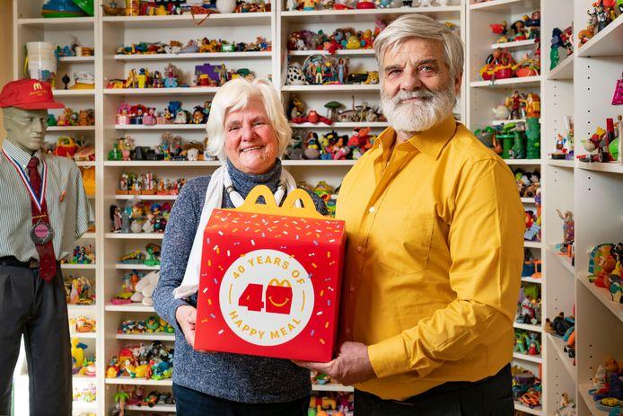 McDonald's verzamelaars Bep en Rob Goudriaan voor hun Happy Meal verzameling.