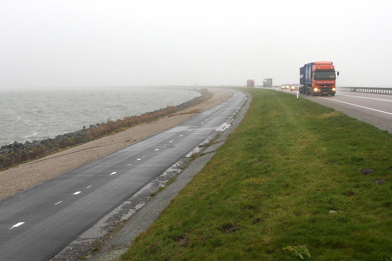 Archiefbeeld: De Markerwaarddijk tussen Lelystad en Enkhuizen.