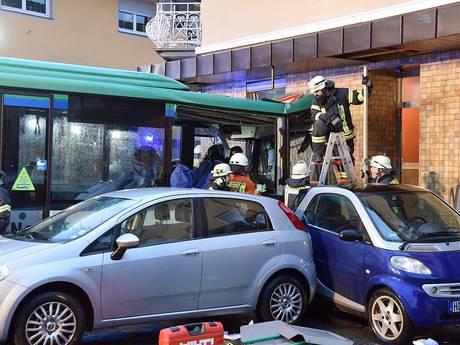 Tientallen gewonden door crash Duitse schoolbus tegen huis