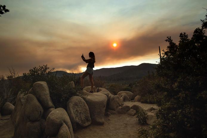 Op sommige plaatsen kringelt nog rook op in het Yosemite National Park in Californië.