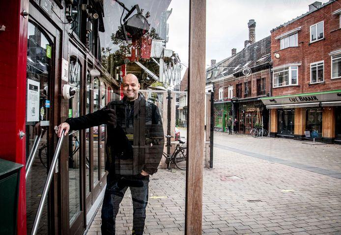 Portier Michiel van 't Hoff mist het horecaleven, weet van de pijn bij de kroegeigenaren.