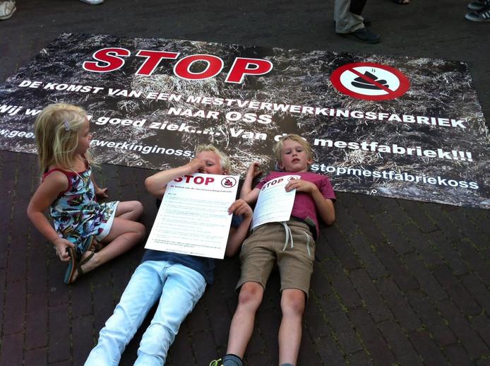 Protest in Oss tegen de vestiging van een mestfabriek op bedrijventerrein Elzenburg.