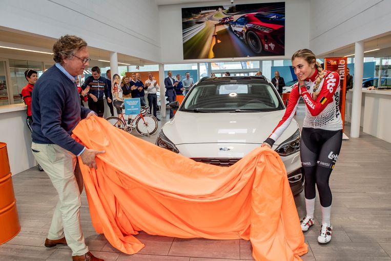 Christophe Devos en Cameron Vandenbroucke onthulden samen de sponsorwagen waarmee Cameron een jaar lang zal rondrijden.