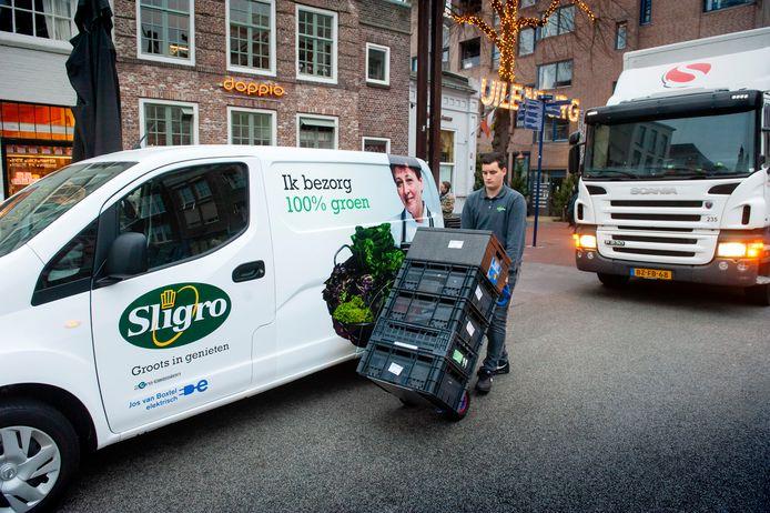 Sligro laadt- en lost met een elektrische bestelauto in de Bossche Visstraat
