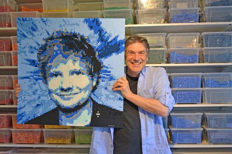 Dirk Denoyelle toont een Lego-portret van zanger Ed Sheeran.