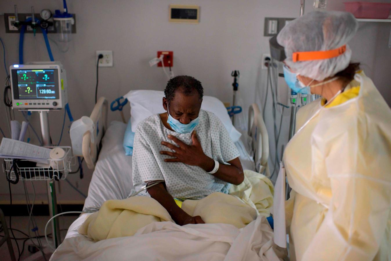 Een coronapatiënt in een ziekenhuis in Houston, Texas.