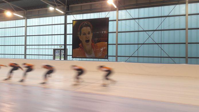 In de Ireen Wüst IJsbaan hangen grote foto's van de naamgeefster.