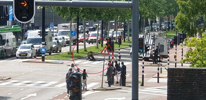 Een agent werkt de verdachte midden op straat tegen de grond, pal voor het station van Dordrecht.