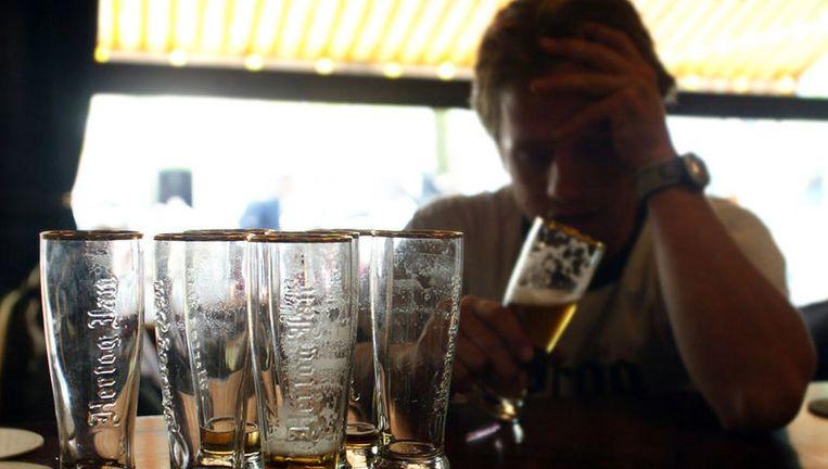 Volgens onderzoek van het Trimbos Instituut behoort het alcoholgebruik onder Nederlandse pubers van vijftien en zestien jaar tot de hoogste in Europa. Foto GPD Beeld