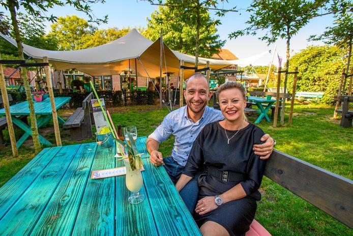 Kelvin en Jeanette van Til aan een van de picknicktafels in hun vernieuwde restaurant De Blauwe Pauw.