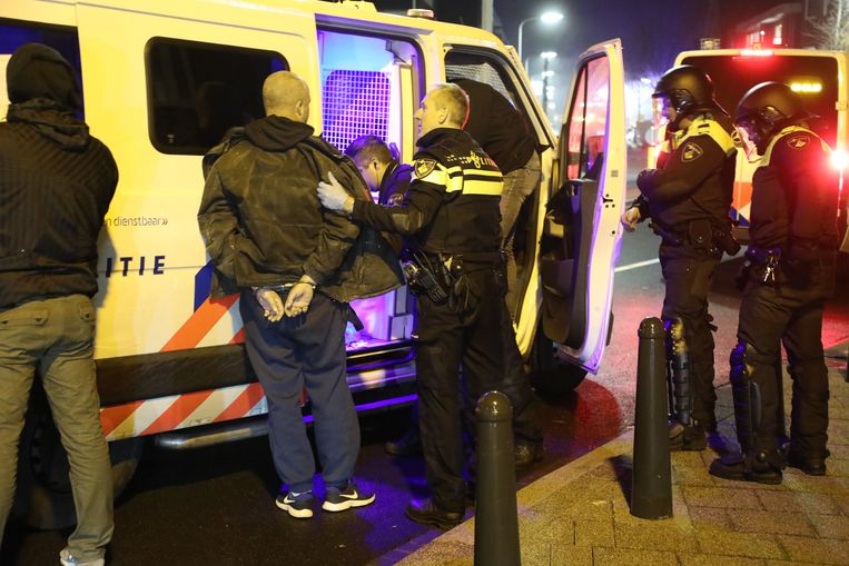 De politie houdt mensen aan in Duindorp. Beeld Regio15