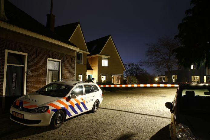 Na de woningoverval in Kampen zette de politie de straat af.