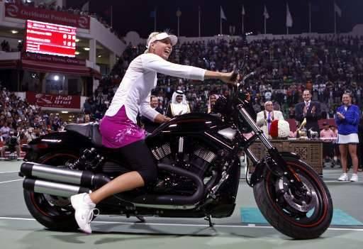 La Russe repart avec une nouvelle Harley Davidson.