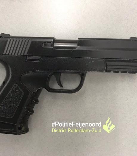 Politie houdt jongen (13) aan met nepwapen
