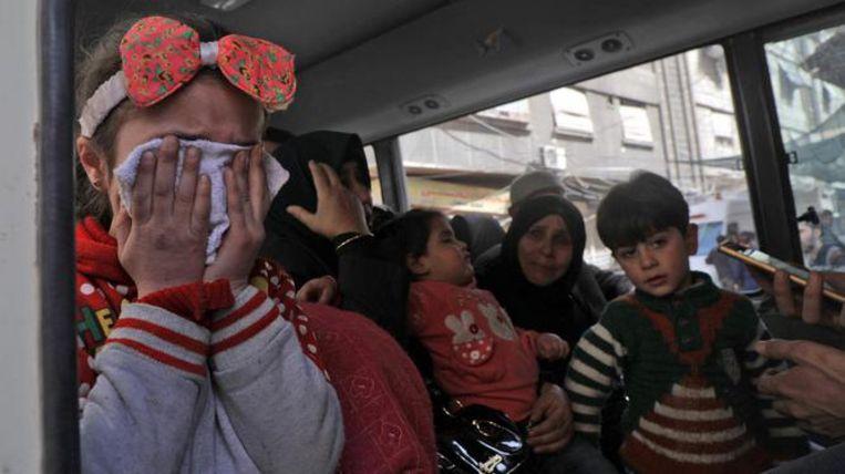 Moeders en kinderen wachten op evacuatie. Beeld ANP