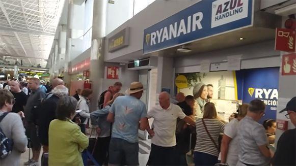 Brigitte en haar vriend reden meermaals anderhalf uur naar de luchthaven van Tenerife, om daar te horen te krijgen dat er geen beschikbare vluchten meer zijn.