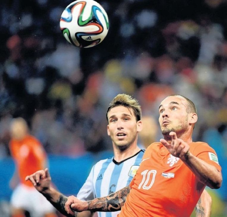 Sneijder in duel met zijn Argentijnse tegenstrever Biglia. Beeld epa