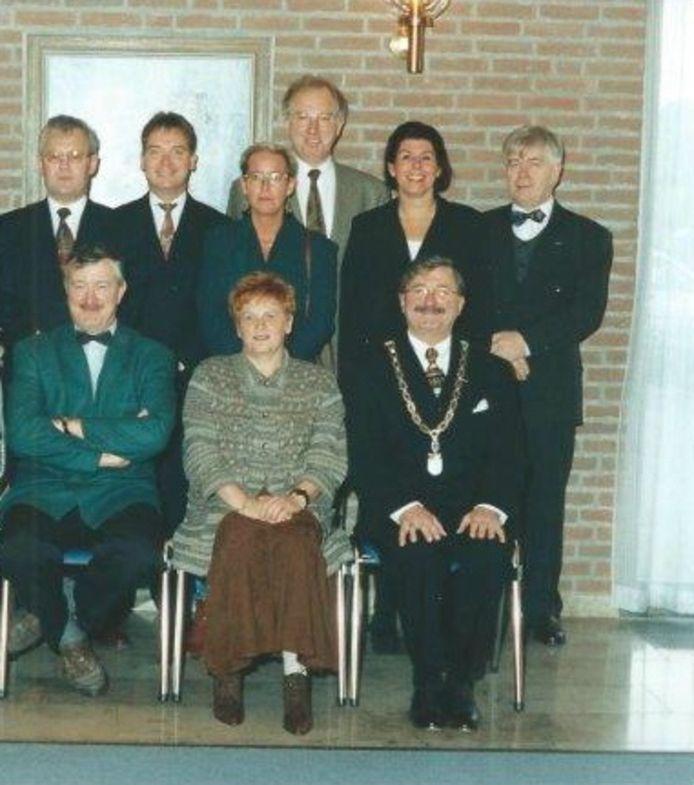 Archieffoto uit 1995 met Servé Janssen rechtsonder in beeld als waarnemend burgemeester van Berlicum.