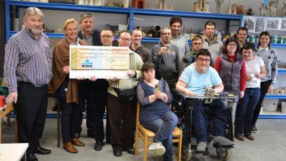 Garage schenkt 12.000 euro aan De Branding