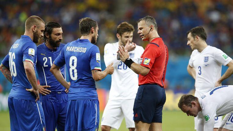 Björn Kuipers tijdens de wedstrijd Engeland - Italië Beeld AFP