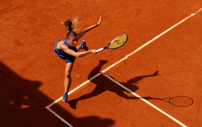 De Duitse tennisster Annika Beck in actie tijdens Roland Garros.