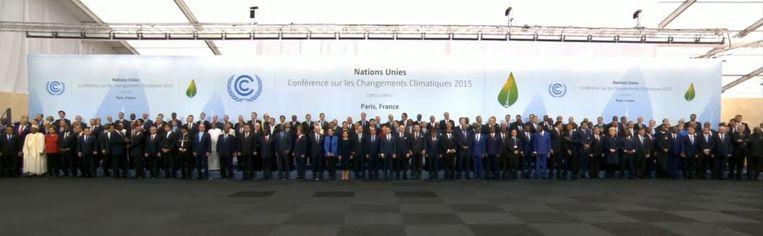 Groepsfoto op de openingsdag van de klimaattop in Parijs. Beeld screenshot
