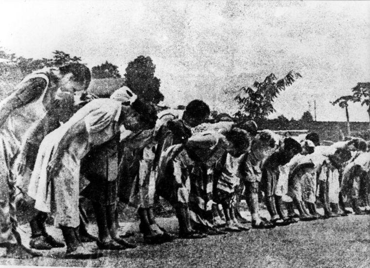 Nederlandse vrouwen maken in een interneringskamp in Nederlands-Indië de verplichte buiging voor de Japanse keizer. Beeld Spaarnestad Photo