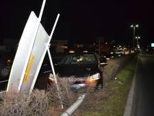 Auto rijdt lantaarnpaal en verkeersbord uit grond na inhaalactie in Nijmegen