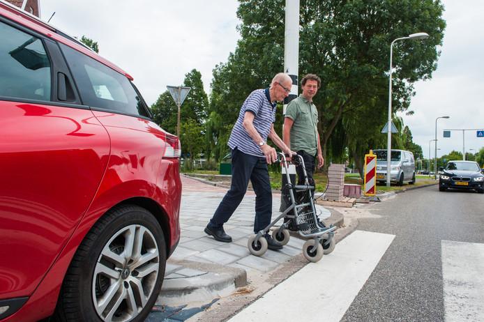 Boris Stil met de heer Rebouw bij het zebrapad op de Koningin Wilhelminaweg.