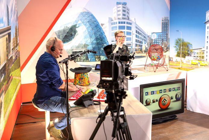 Maurice van Hinthum (links) en Thomas Diederen trekken in de studio de nummers voor het kienen.