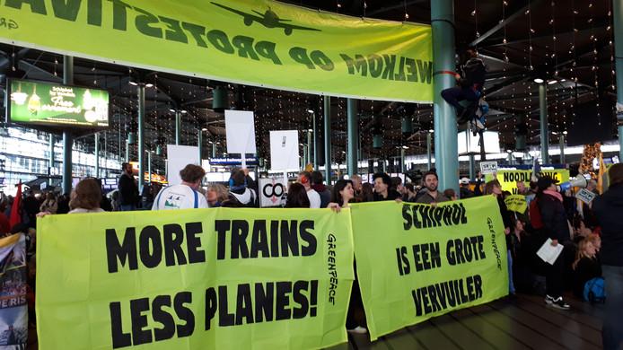 Honderden actievoerders zijn zaterdag om 11.00 uur naar Schiphol gekomen.