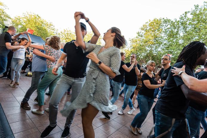 Dansen op de muziek van de Venzolaanse salsa-legende Gerardo Rosales en zijn band Combo Mundial.