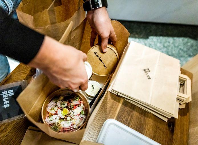 Door de coronamaatregelen kunnen veel restaurants geen klanten ontvangen en bezorgen ze daarom nu maaltijden aan huis.