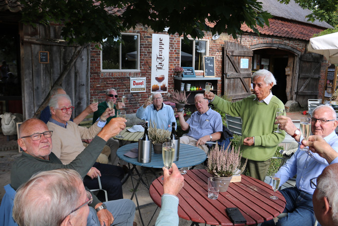 Ed van Kordelaar brengt een toost uit voor deze jubileumrit