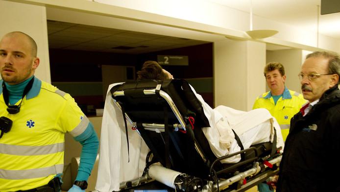 Een patiënt wordt het Oogziekenhuis binnengebracht.