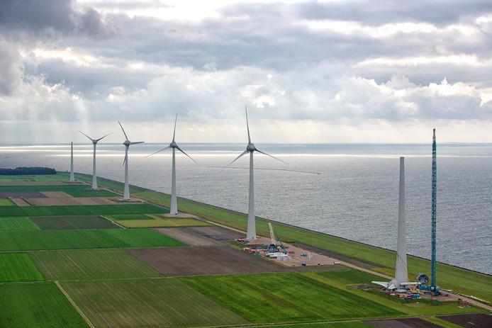 Windmolens in aanbouw bij Urk.